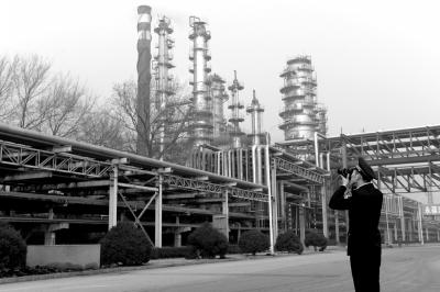▲12月7日,环保局工作人员在燕山石化查看停产减产情况。京华时报记者谭青摄