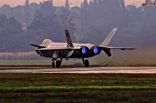 歼-20在空中测验中喷出蓝色火焰