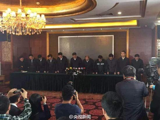 深圳市和光明新区主要领导就滑坡事故向全社会鞠躬道歉。