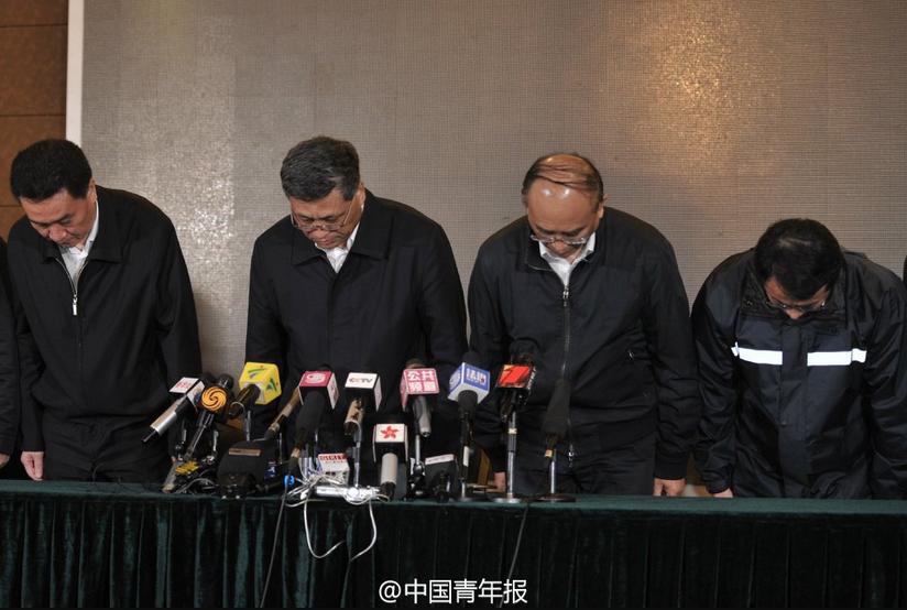 昨日,在新闻发布会上,包括深圳市委书记马兴瑞(左二)和市长许勤(左三)在内的深圳市和光明新区主要领导就滑坡事故向全社会鞠躬道歉。