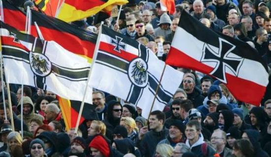 抗议示威者举起第二帝国旗帜。1871年普法战争之后,德意志第二帝国在凡尔赛宫宣布成立,其国旗沿用了北德意志联邦的黑白红三色旗。纳粹德国早期也曾使用过这种旗帜。