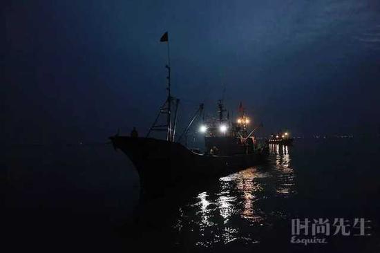 图片拍摄于渔船出发的石岛码头,图中人物与事件无关。