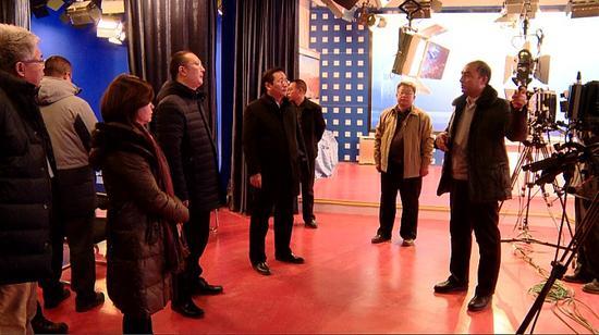 1月5日,由北京市网信办组织北京十几家网络新媒体近20人一行,走进和田地区电视台参观采访。千龙网记者 郑涛 摄