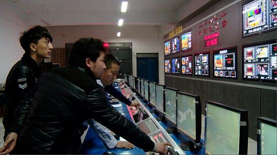 走进和田地区电视台演播室,全新的演播设备和工作理念,让这里的广大职工工作劲头十足。千龙网记者 郑涛 摄