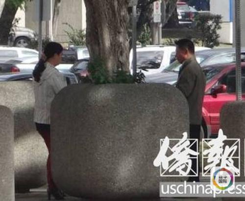 章鑫磊的父母在法庭外。(图片来源:侨报网)