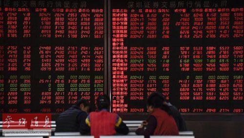 中国公布2015年经济数据后,上证综指大涨。图为投资者在交易大厅讨论股票走势。