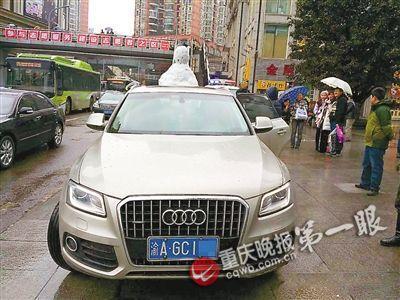▲昨天下午,杨家坪商圈环道,交捕快拦下一辆车顶堆着雪人的奥迪车。