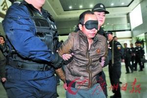 疑犯刘纪平被押送下车。