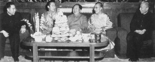 毛泽东、刘少奇、周恩来与十四世达赖喇嘛和十世班禅额尔德尼共度藏历木羊新年。