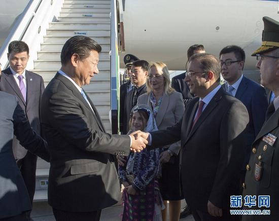 图为:2015年11月14日,国家主席习近平抵达土耳其安塔利亚,应土耳其共和国总统埃尔多安邀请,出席二十国集团领导人第十次峰会。这是土耳其儿童向习近平主席献花。新华社记者 李学仁 摄