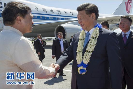 图为:2015年11月17日,国家主席习近平抵达菲律宾首都马尼拉尼诺·阿基诺国际机场,出席即将举行的亚太经合组织第二十三次领导人非正式会议。菲律宾高级官员到机场迎接习近平主席。新华社记者李学仁摄