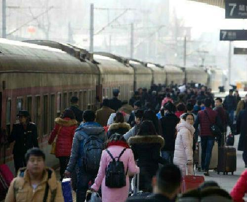 """2月1日,农历腊月二十三是中国传统""""小年"""",山西太原火车站迎来春运客流高峰。中国铁路总公司披露,当日,中国铁路预计发送旅客820万人次。张云 摄"""
