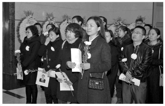 3月3日上午,马彩云尸体离别仪式在八宝山殡仪馆举办,来自社会各界的1600余报酬这位因公殉职的好法官送行。图为大众为马彩云送行。