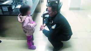 河汉警方两天佑3名走失女童回家。图为民警耐烦疏导此中一位3岁女童说还俗庭地点。   通信员供图