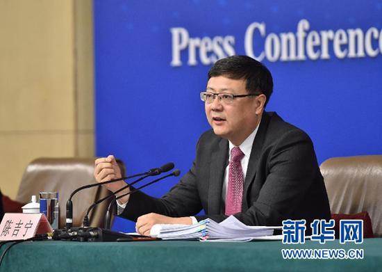 """3月11日,十二届全国人大四次会议新闻中心举行记者会,邀请环境保护部部长陈吉宁就""""加强生态环境保护""""的相关问题回答中外记者的提问。这是陈吉宁在回答记者提问。 新华社记者 李鑫 摄"""