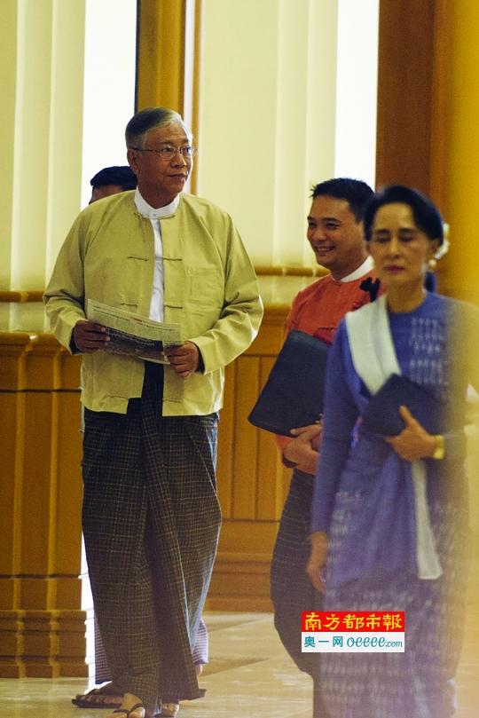 3月11日,吴廷觉(左)和民盟主席昂山素季(右)抵达人民院出席会议。