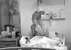 12岁的夏昊阳在和病房里的老爸通德律风,还激励老爸要刚强