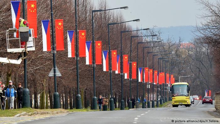 捷克都城布拉格陌头挂起中捷两国国旗