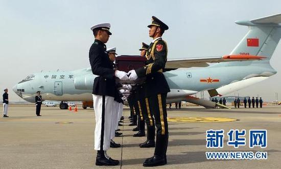 3月31日,在韩国仁川国际机场,韩方向中方礼兵交接中国人民志愿军烈士遗骸。 新华社记者 姚琪琳 摄