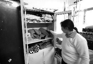 奶奶整顿衣柜里婷婷的衣物,悲伤不已 当代快报记者 施向辉 摄