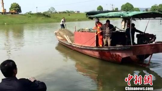 28日清晨,江西省九江市都昌县有1辆面包车坠入河中。面包车驾驶员通过自救上岸,车内两名高中女生不幸遇难。图为消防部门调来渔船搜救。