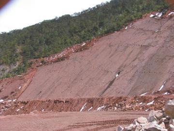昭觉发现的第一批恐龙足迹群,现已遭破坏成为一片乱石。岩壁上纵横交错的便是恐龙足迹。