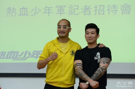 """黄洋达(左)和""""温先生""""在""""热血少年军""""记者会现场"""