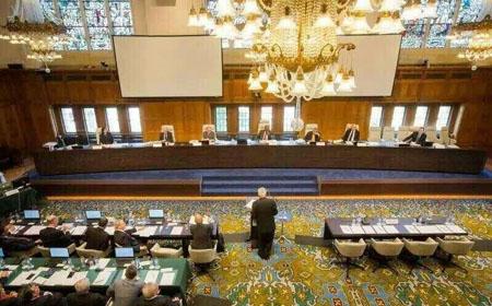 外媒刊载的海牙南海仲裁庭现场庭审图。