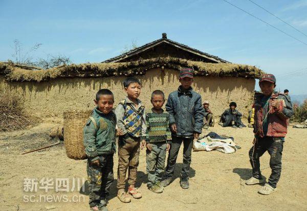 四川省大凉山区美姑县拉木阿觉乡马依村的几名孩子站