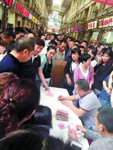 汉正街商户自觉为潘长清的家眷捐钱。