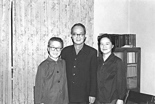 1981年杨绛与钱钟书跟钱瑗摄于三里河居所。国民文学出书社供图