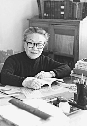 1980年,杨绛在三里河家中,业余创作间隙读书 人民文学出版社供图