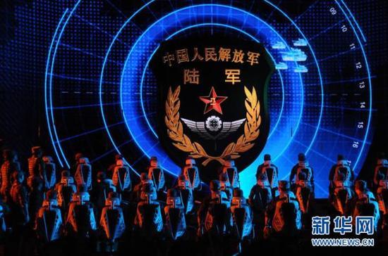 2016年1月28日,中央军委慰问驻京部队老干部迎新春文艺演出上,男声大合唱《把青春压进枪膛》。新华网 图