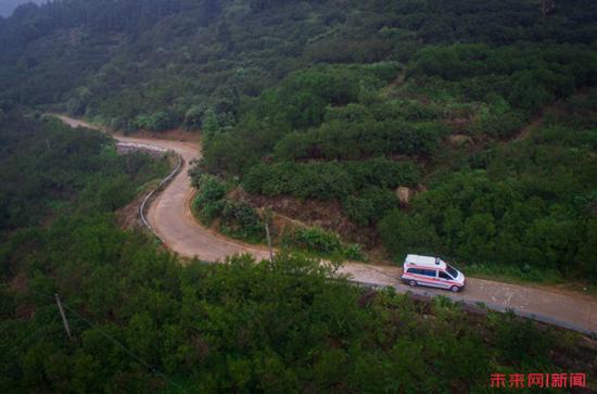 为治疗烂脚老人,万少华医疗救治团队要走很远的山路。