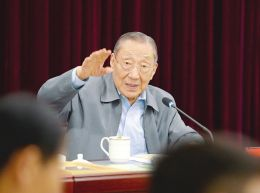 李岚清为我省师生作篆刻艺术专题讲座。本报记者李联军摄
