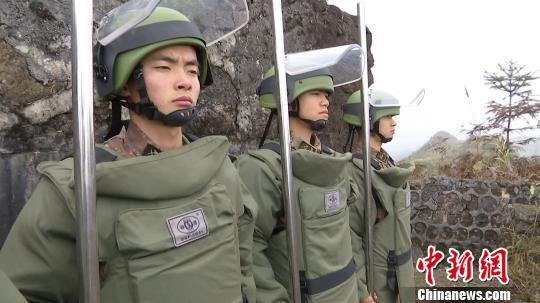 图为程俊辉(左一)生前准备上雷场搜排地雷 云南省军区供图 摄