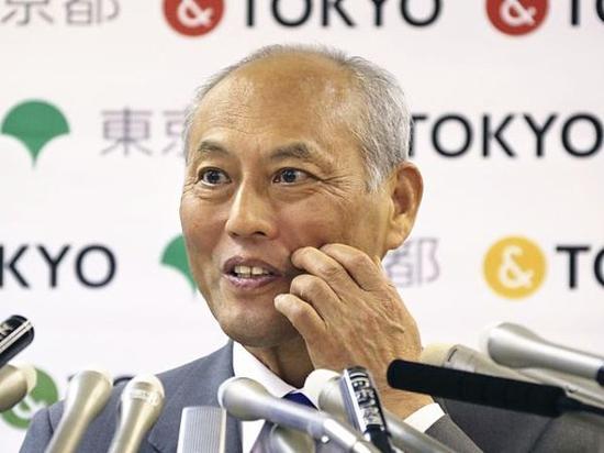 东京都知事舛添要一在新闻会上回应记者提问。(图片来源:新华/美联)