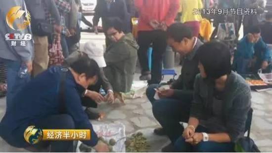 2013年9月十里河文玩市场外面摆满了大大小小的地摊