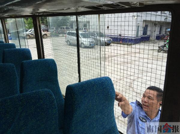 """""""黑校车""""摆布双侧车窗都被铁丝网封死。北国今报 图"""
