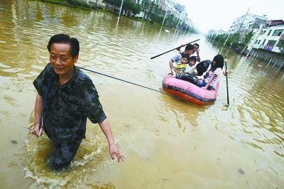 江西鄱阳河堤溃口休闲胜地成泽国 数千人转移