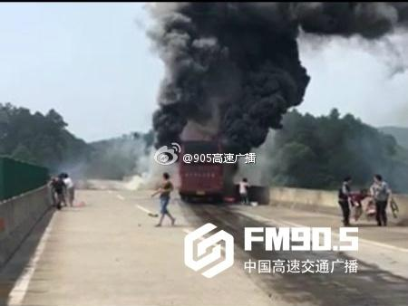 湖南境内一客运年夜巴起火 事变形成严重职员伤亡
