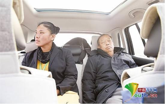 疲惫的李保国在车上睡着。资料图
