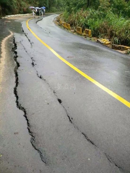 通往天柱山景区的途径受山洪影响受损,应急抢险职员紧迫排险.