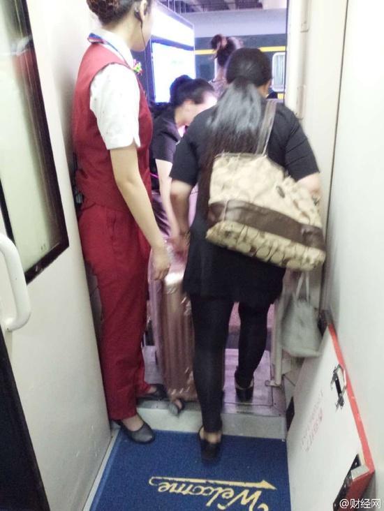 京九线多辆列车因暴雨被困超12小时 泡面遭抢购