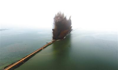 昨日7时,伴随着一声声爆破轰鸣,梁子湖与牛山湖隔堤正式实施爆破作业,这标志着湖北梁子湖流域的牛山湖正式破垸分洪。专家认为,此举还有利于梁子湖减少养殖污染,增强湖泊自净功能,实现生态修复。