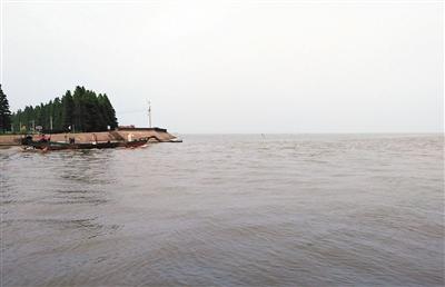 入汛以来,受上游客水影响,太湖水位一直保持高位,超过警戒线已持续一个多月,防汛形势非常严峻。新京报记者 谷岳飞 摄