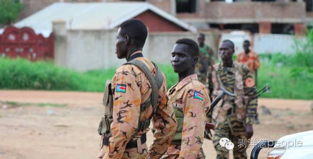 2016年7月10日,南苏丹首都朱巴,警察与士兵在一处街道警戒。(图片来自网络)