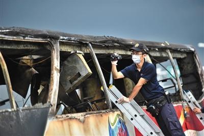 调查人员检查车辆。图/视觉中国