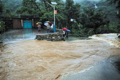 昨日,房山区二道沟村,村里的路被山洪阻断。当日,《北京市气象灾害防治条例(草案修改稿)》提交市人大常委会审议,草案增加了建立气象安全红线制度的内容。新京报记者 彭子洋 摄