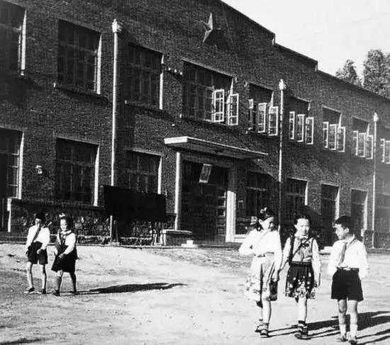 1956年,唐山西山路小学校园